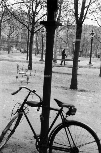 立てかけられた自転車 B/W パリ ...