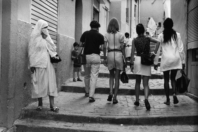 階段を上る女性達 B/W 1969年 アルジェリア