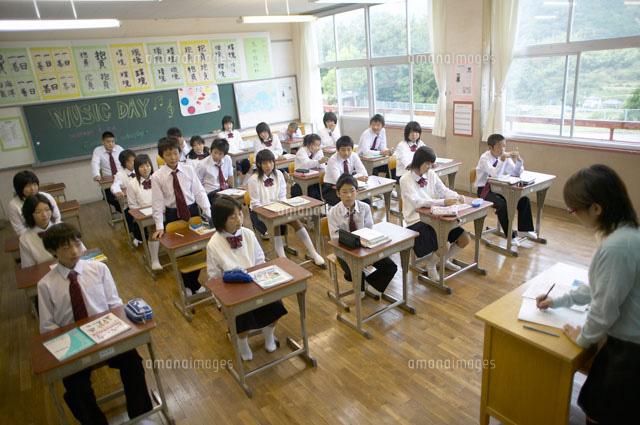 出席をとる先生と生徒[022660096...
