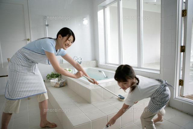 お風呂掃除をしている親子 ...