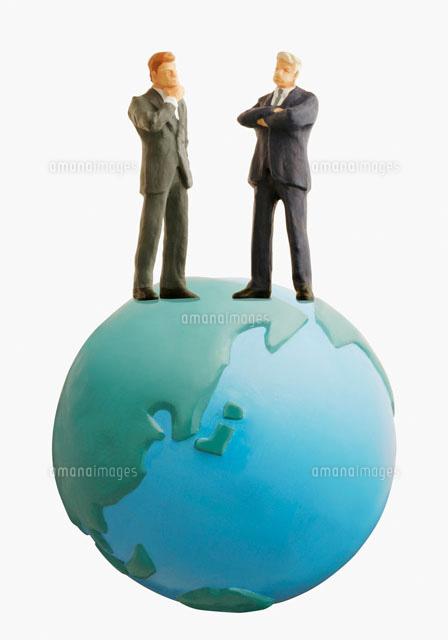 地球と2人の男性 (c)dkey/orion