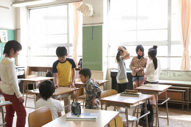 休み時間に教室で遊ぶ小学生[023...