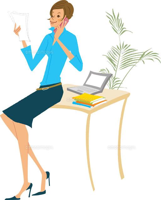 オフィスで書類を見ながら電話 (c)AKIKO KAWAMURA
