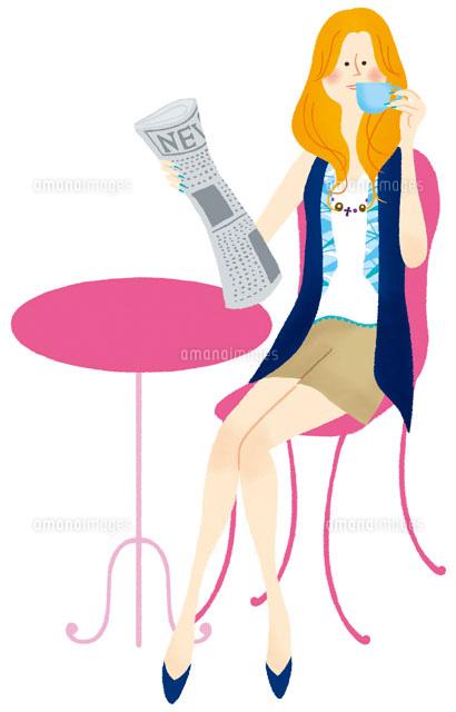新聞を持ってカフェでコーヒーを飲む女性 (c)Asterisk