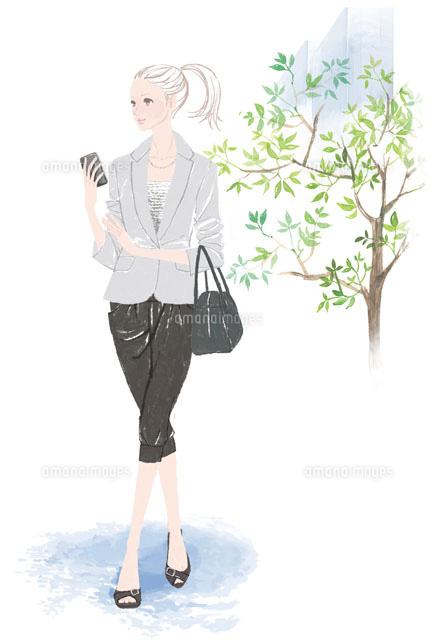 携帯電話を片手にもつ仕事中の女性 (c)Asterisk