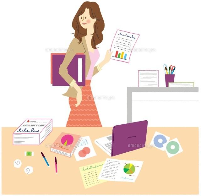 机の前に立っている仕事中の女性 (c)Asterisk