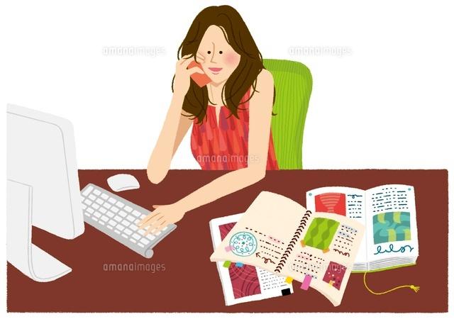 パソコンをしながら電話をしている女性 (c)Asterisk