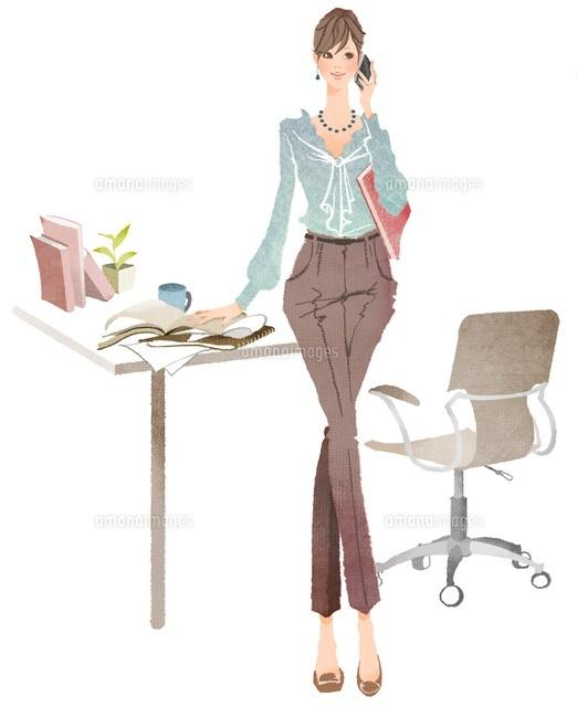 携帯電話で話ながら仕事をしている女性 (c)Asterisk