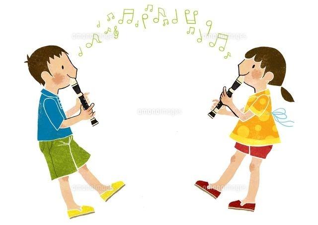 リコーダーを吹く男の子と女の子 (c)megumi masubuchi