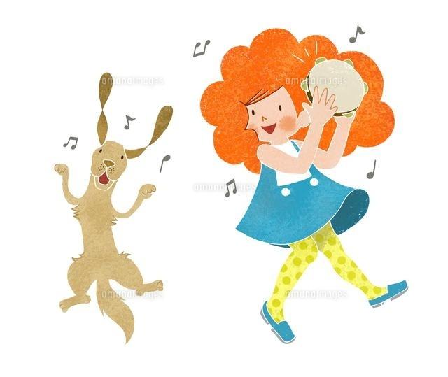タンバリンを叩く女の子と踊る犬 (c)megumi masubuchi