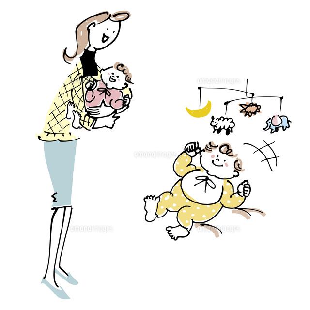 赤ちゃんを抱く女性とモビールを見て喜ぶ赤ちゃん (c)KEIKO NAGANO