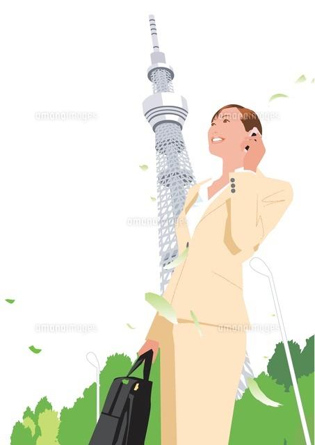 携帯で話すビジネス女性とスカイツリー (c)Akihito Aoyama
