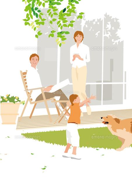 緑の芝の庭で犬と遊ぶ女の子を見守る父と母 (c)Akihito Aoyama