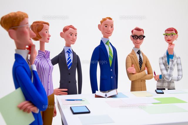 ミーティングをする6人のビジネスパーソン (c)Tatsuya Ohashi