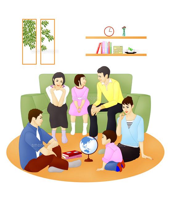 ソファに座り話し合う3世代ファミリー (c)Lmuotoilu/ailead