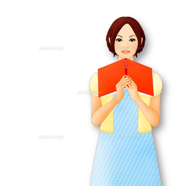 本を抱えて微笑む女性 イメージ (c)Lmuotoilu/ailead