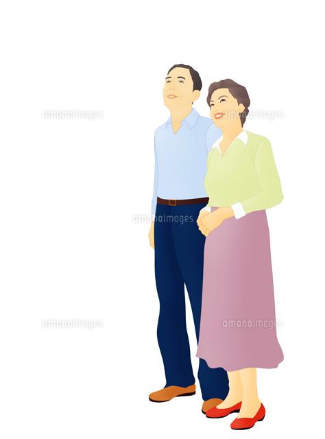 上を見上げ微笑み寄り添う老夫婦 (c)Lmuotoilu/ailead