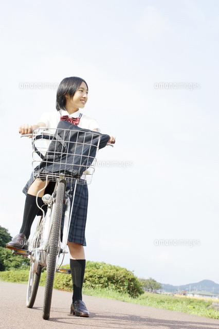 自転車に乗って遠くを見つめる ...