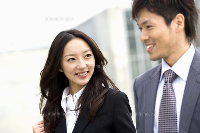 会話しているビジネスカップル[07135002256]| 写真素材・ストック ...
