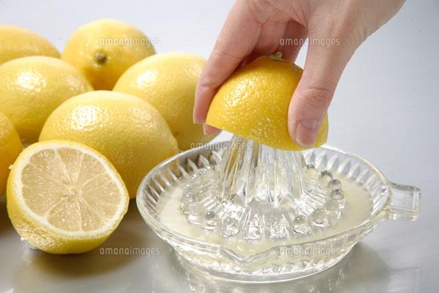 レモンを搾る手[20013014420]  ...