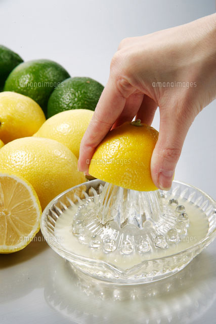 レモンを搾る手[20013014421]  ...