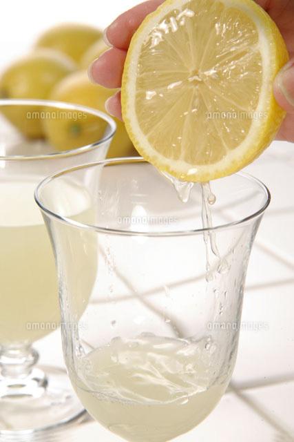 レモンを搾る手[20013014422]  ...