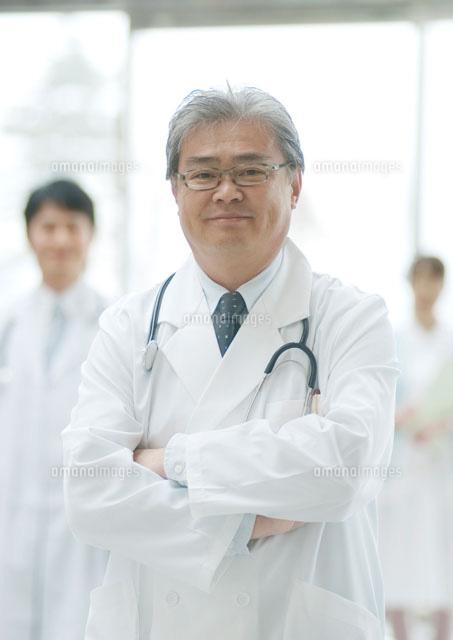 病院ロビーに立つ白衣姿の医者と看護師