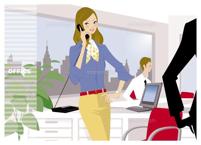 オフィスで電話をする女性 (c)山近エージ/WAHA
