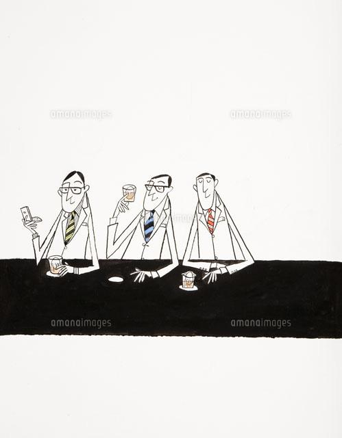 バーで仲間とお酒を飲む3人の男性 (c)桑原節/WAHA