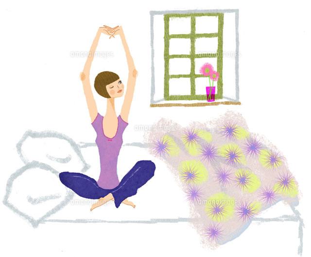 寝起き。ベッドの上で伸びをする女の子 (c)Hanako Komachi/artliaison