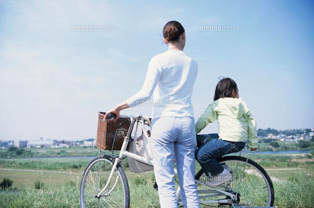 自転車に乗った母と娘の後姿(c ...