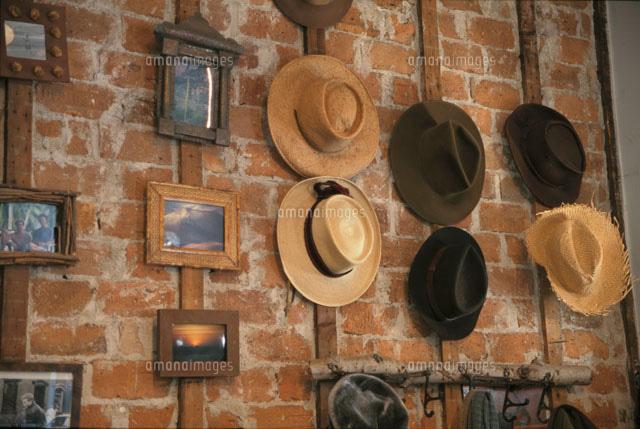 壁に掛けられた帽子とフレーム(c)Kazuhiro Matsubara/orion