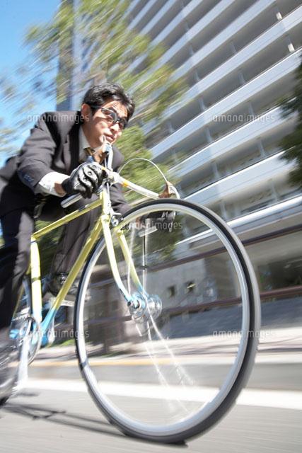 自転車の 自転車 写真 : 自転車通勤のビジネスマン ...