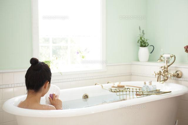 お風呂に浸かっている女性の写真