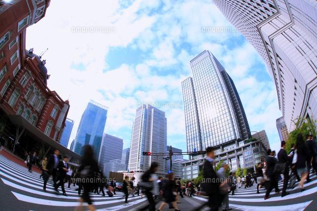 東京駅と丸の内のビル群とサラリーマンの出勤風景