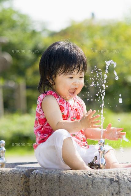 公園で水遊びする子供[22536000444 ...
