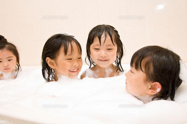 お風呂に入る子ども(c)Fumio Nabata ...