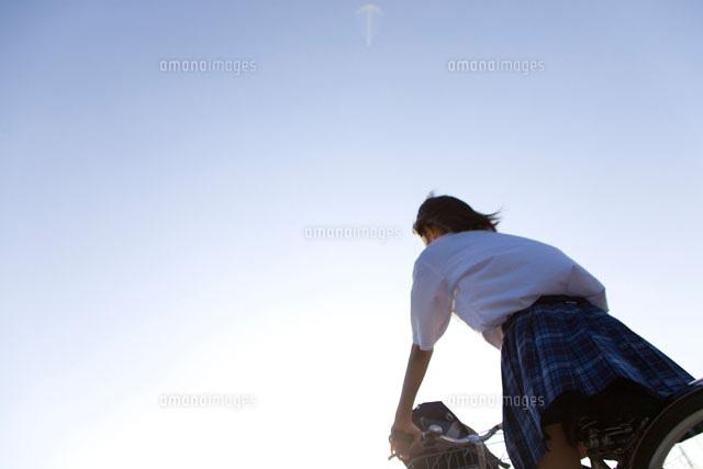 自転車の 自転車 写真 : ... に入れて自転車で走る女子高生