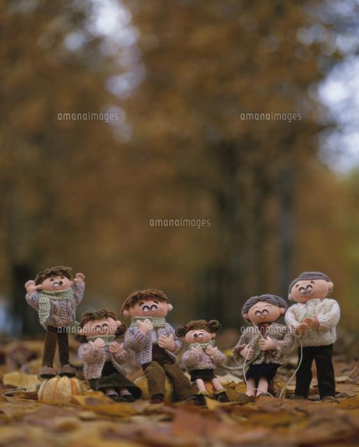 長いマフラーをみんなで巻く家族 (c)AKIKO TAKAHASHI/SEBUN PHOTO