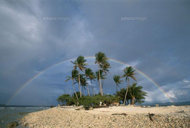 ジープ島にかかる虹 トラック諸島 (c)TAKAJI OCHI/SEBUN PHOTO