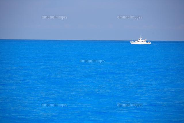 バハマの海とドルフィンリサーチボート (c)TAKAJI OCHI/SEBUN PHOTO