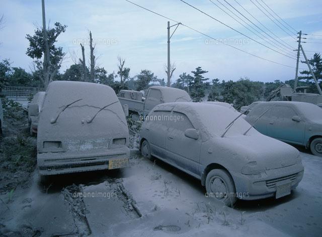 火山灰で埋もれた自動車[2537800...