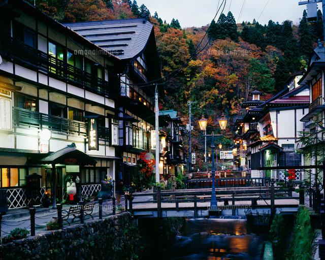 秋の銀山温泉の夕景[26063000930]  写真素材・ストックフォト・画像・イラスト素材 アマナイメージズ