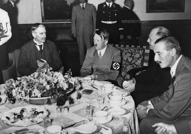 アドルフ・ヒトラーとネヴィル・チェンバレン (c)Hulton-Deutsch Collection/CORBIS