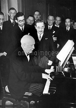 SZT3002588 Richard Strauss at the piano, 1940 (b/w photo); (add.info.: Berlin, Berlin/City State, Ge