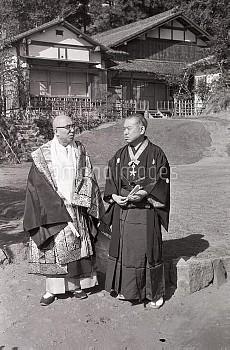 谷崎潤一郎、作家、熱海の自宅で藤原時代の遠山袈裟の金襴姿の今東光と 昭和32年11月01日
