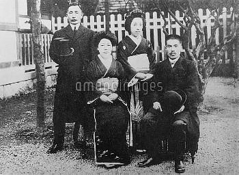 夏目漱石 小説家 英文学者 義妹豊子の結婚式で 大正3年秋(左)漱石夫妻
