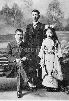 夏目漱石 小説家 英文学者(右より)長女筆子 松根東洋城 漱石(明治43年3月)