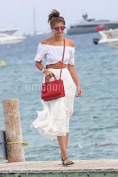 テイラー・ヒル Models Taylor Hill and Daphne Groeneveld arrive at the Club 55 beach in Saint Tropez with fr
