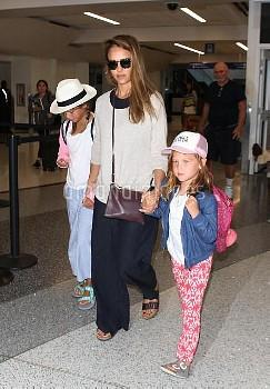 ジェシカ・アルバ Jessica Alba holds hands with her daughters Honor Marie Warren and Haven Garner Warren as t